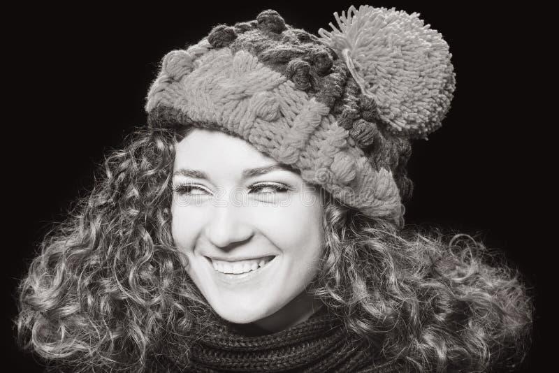被编织的滑稽的帽子的年轻美丽的妇女 库存照片
