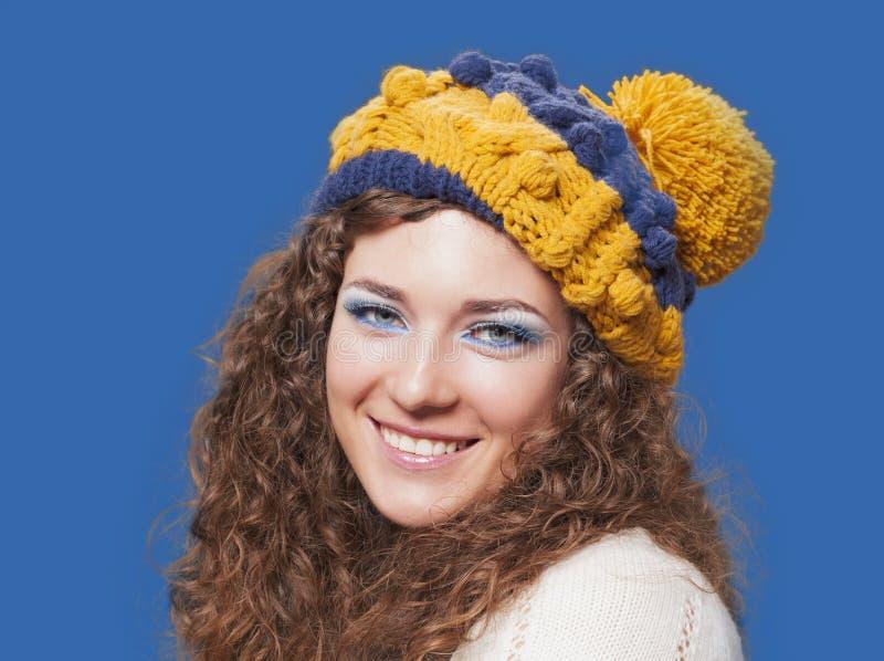 被编织的滑稽的帽子的年轻美丽的妇女 免版税图库摄影