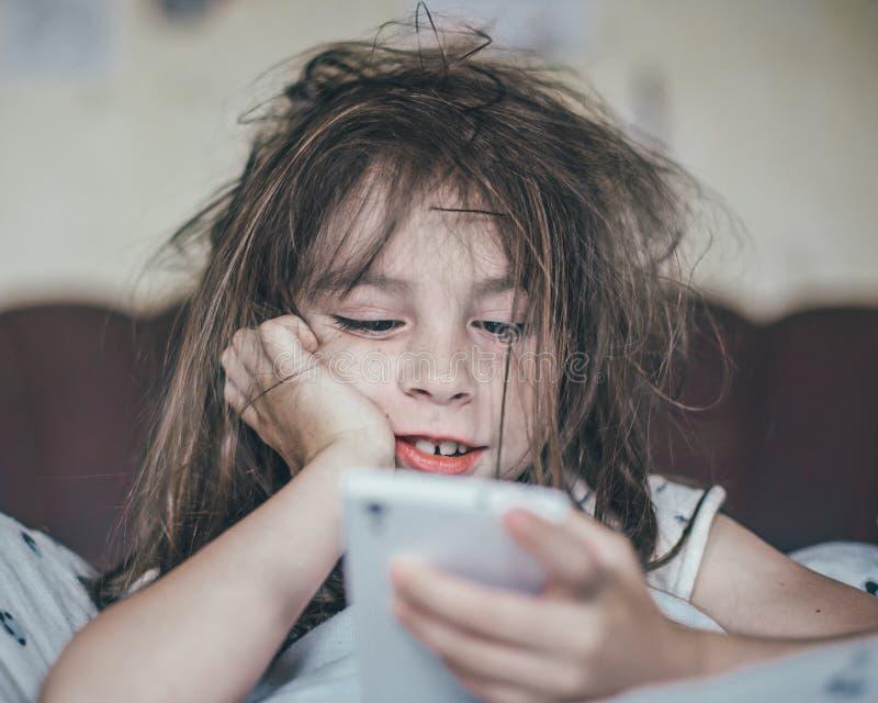 被翻动的女孩早晨 免版税图库摄影