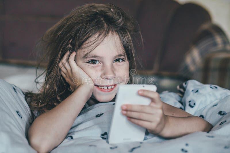被翻动的女孩早晨 免版税库存图片