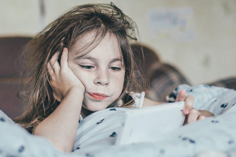 被翻动的女孩早晨 免版税库存照片