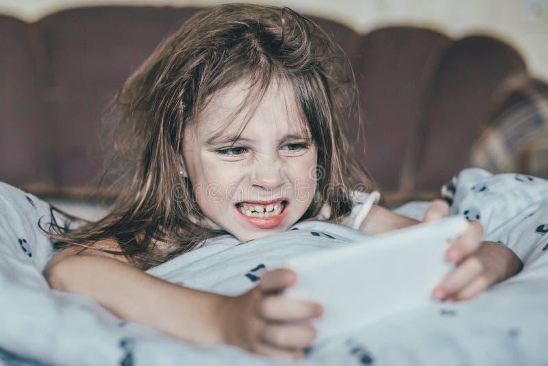 被翻动的女孩早晨 库存照片