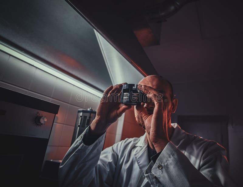 被聚焦的制表者与压热器一起使用在他自己的演播室 免版税库存照片