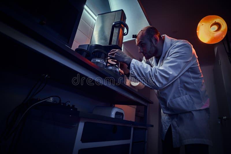 被聚焦的制表者与压热器一起使用在他自己的演播室 库存照片