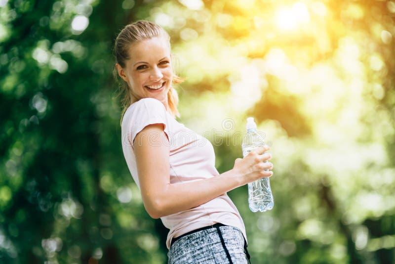 被脱水的母慢跑者 免版税库存图片