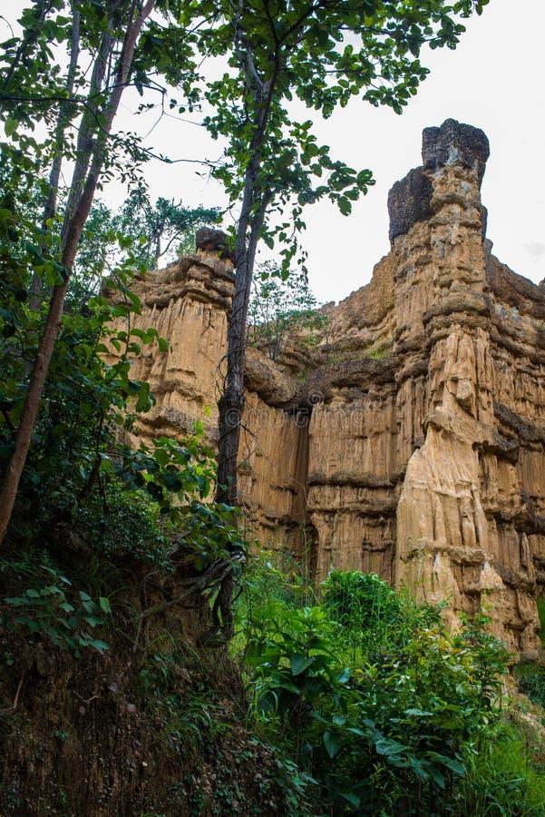 被腐蚀的峭壁,土壤柱子,水雕刻的岩石自然现象,风百万年 库存照片
