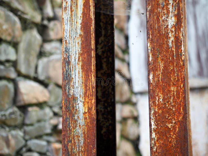 被腐蚀的钢柱子作为背景 生锈的白色被绘的金属表面 免版税库存照片