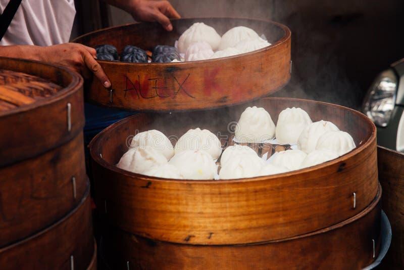 被蒸的小圆面包食物摊位在唐人街,吉隆坡,马来西亚 免版税库存图片