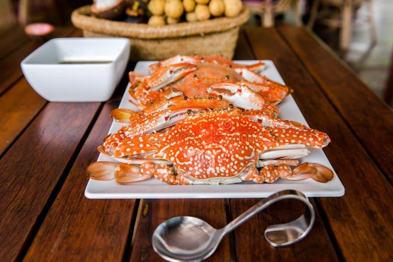 被蒸的螃蟹用海鲜调味料,关闭 库存照片