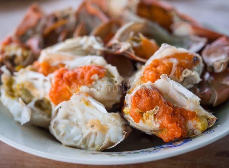 被蒸的螃蟹用红色鸡蛋 免版税库存照片