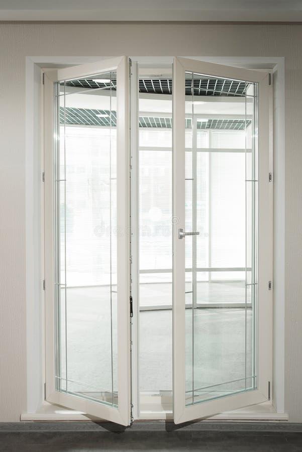 被装双面玻璃的窗口 陈列样品窗口 免版税库存图片
