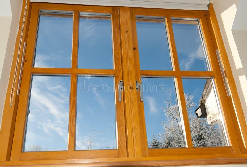 被装双面玻璃的木窗口 库存图片