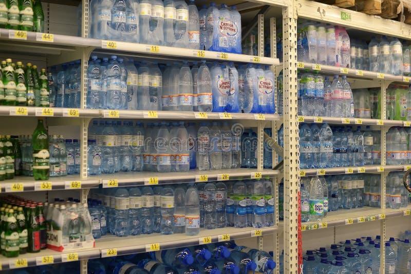 被装瓶的水待售 免版税库存照片