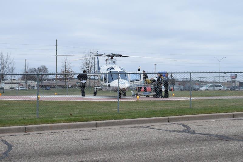 被装载入直升机的担架的创伤患者 免版税库存照片