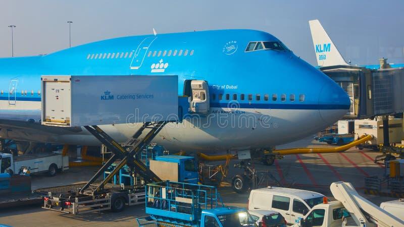 被装载在斯希普霍尔机场的KLM飞机 阿姆斯特丹荷兰 免版税图库摄影