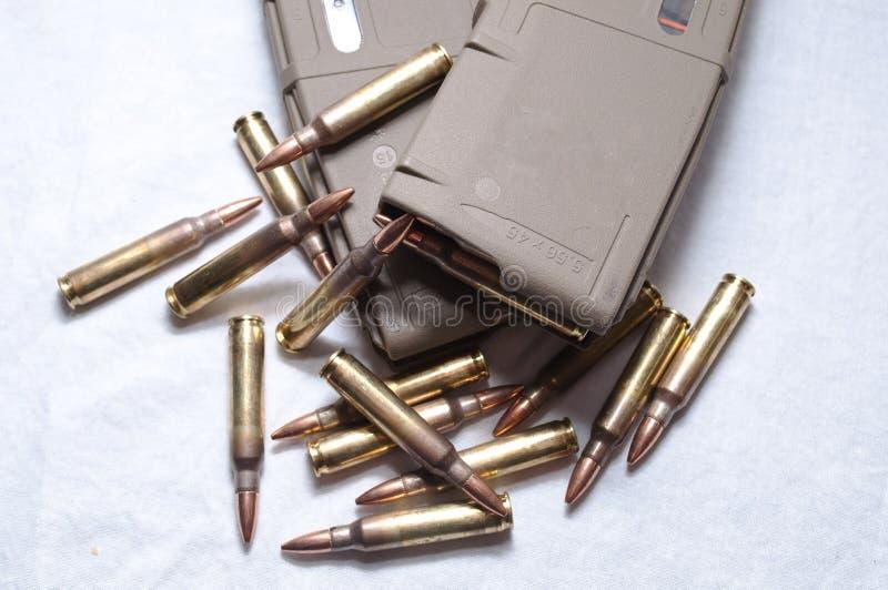 被装载的两 223本步枪杂志用放置在他们附近的子弹 免版税库存图片
