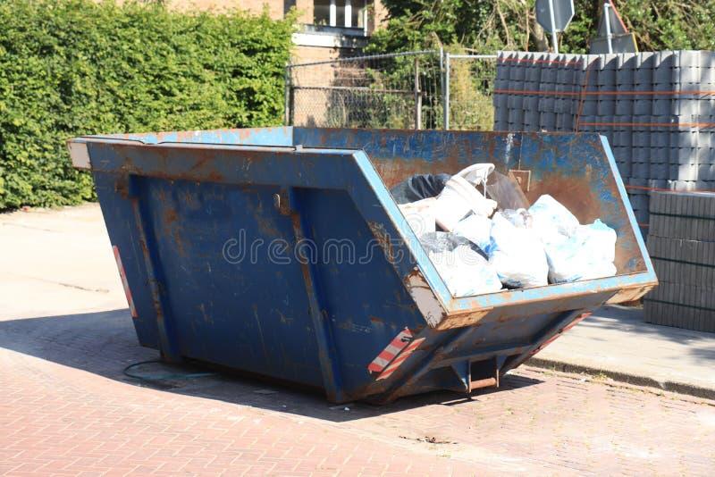 被装载的垃圾大型垃圾桶 图库摄影