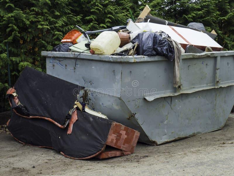 被装载的大型垃圾桶充满瓦砾大型垃圾桶,回收,浪费和垃圾 库存照片