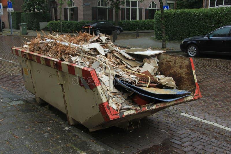 被装载的大型垃圾桶 免版税图库摄影