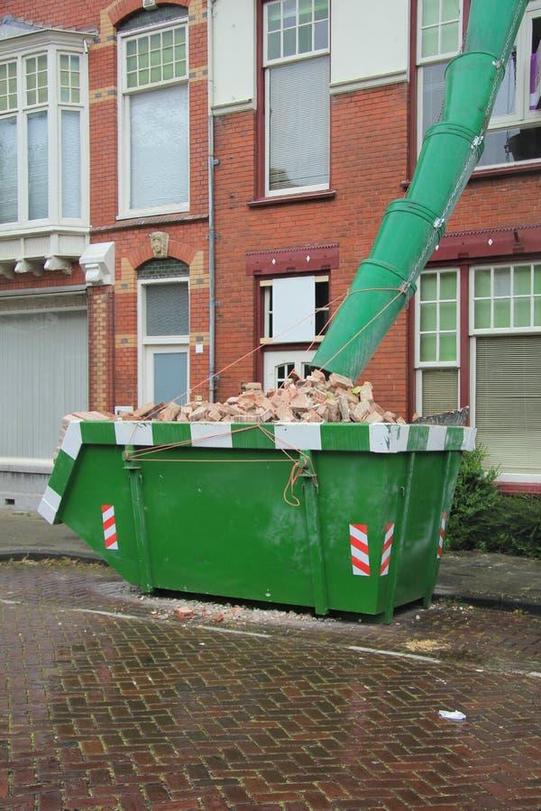 被装载的大型垃圾桶 库存图片