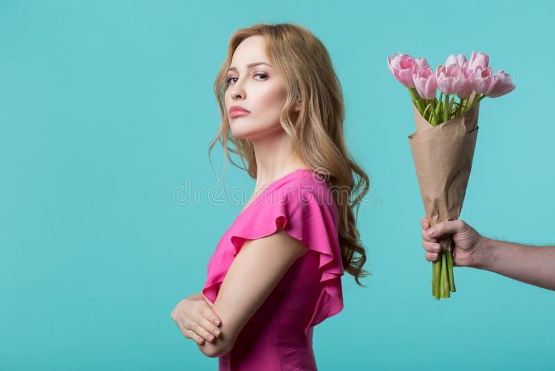 被触犯的女孩拒绝对接受花束 库存照片