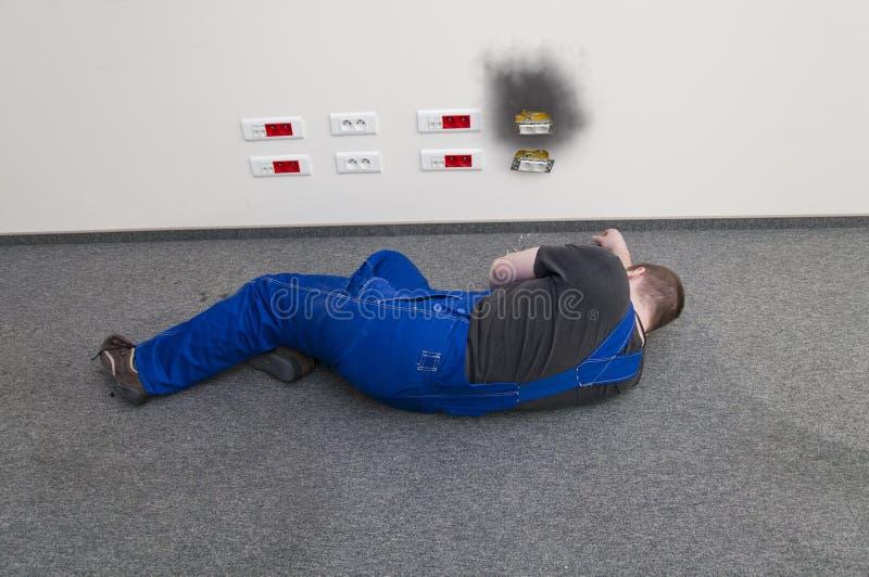 被触电致死的地面位于的人 免版税库存图片