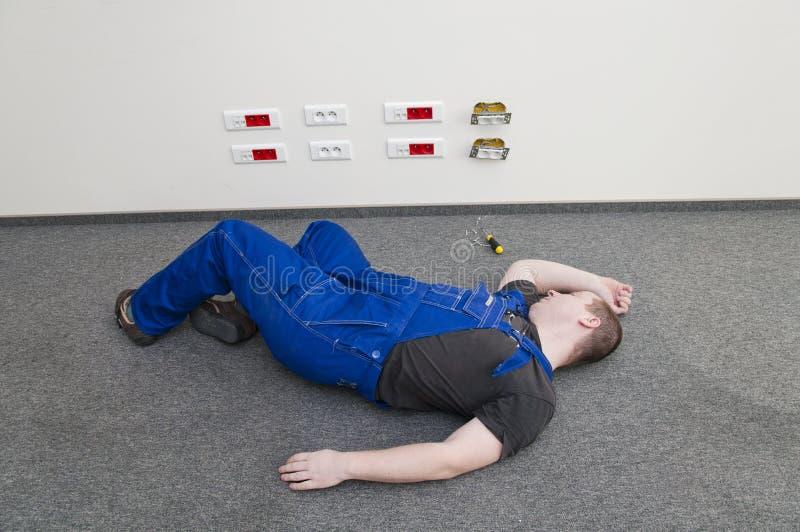 被触电致死的地面位于的人 免版税库存照片