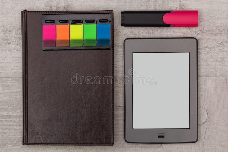 被设置的事务:日志、e书和标志 库存照片