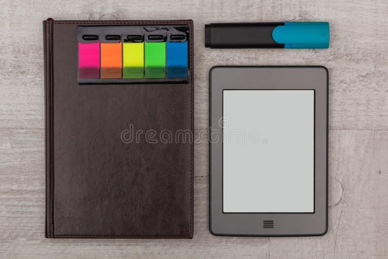 被设置的事务:日志、e书和标志 免版税库存照片