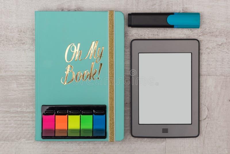 被设置的事务:日志、e书和标志 图库摄影