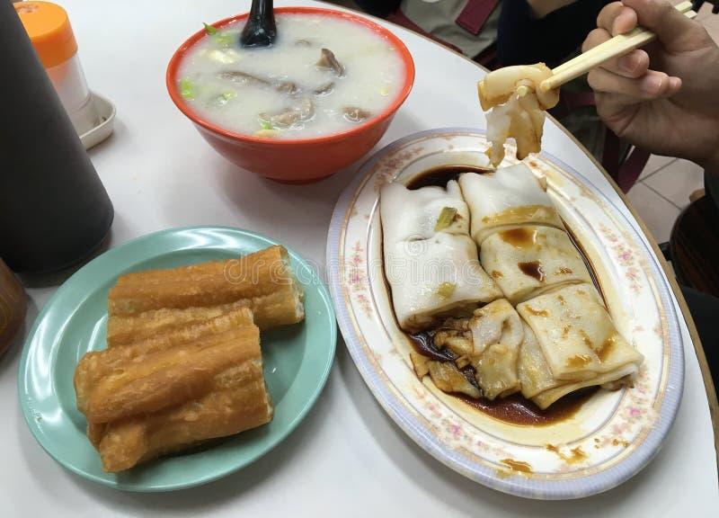 被设置的地方早餐:粥米和猪肉,被油炸的面包 免版税库存图片