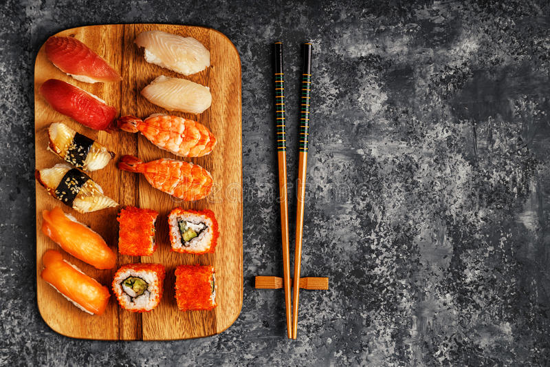 被设置的寿司:寿司和寿司卷在木板材 免版税库存照片