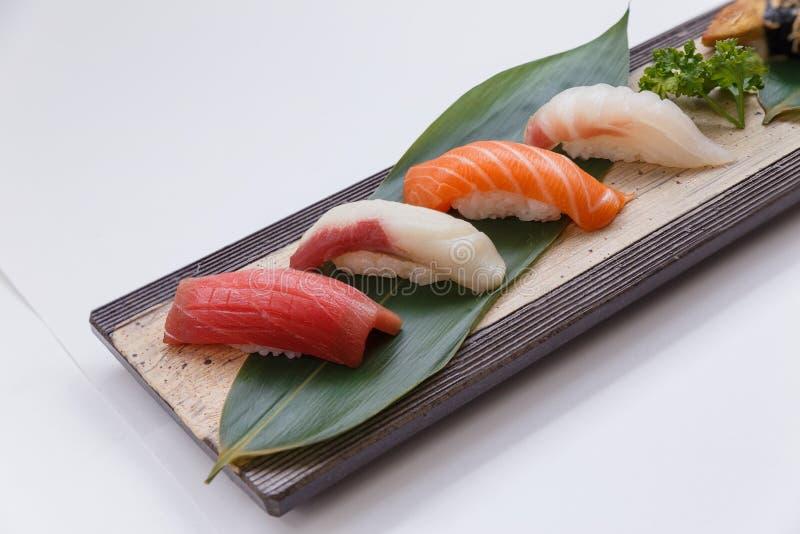 被设置的寿司:Maguro金枪鱼, Hamachi黄尾鱼,三文鱼, Tai红色Seabeam, 免版税图库摄影
