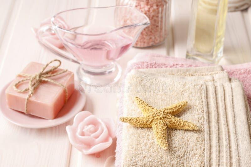 被设置的桃红色温泉:液体皂、精油、毛巾和海盐 库存图片