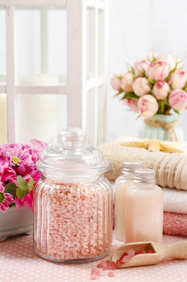 被设置的温泉:海盐、液体皂、精油和毛巾 库存照片