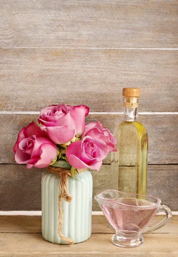 被设置的温泉:海盐、液体皂和瓶精油 Bouq 免版税库存图片