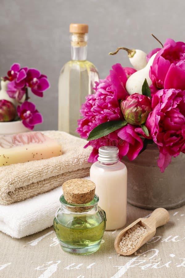 被设置的温泉:瓶液体皂和精油,软的毛巾a 图库摄影