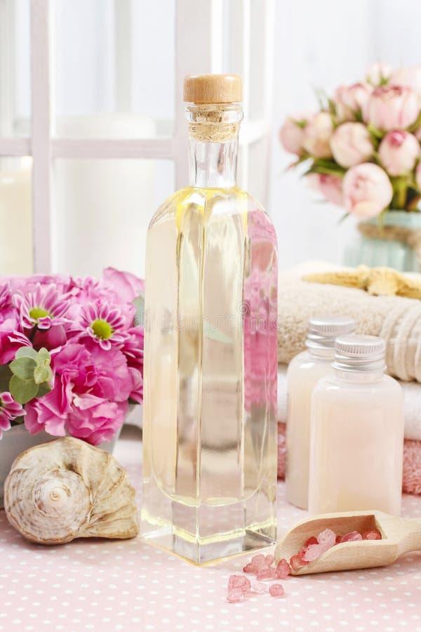 被设置的温泉:瓶精油,液体皂, raspberr瓢  免版税库存照片