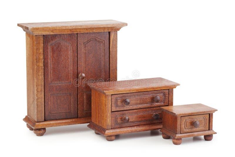 被设置的玩偶木家具:衣橱、五斗橱和夜 免版税库存图片
