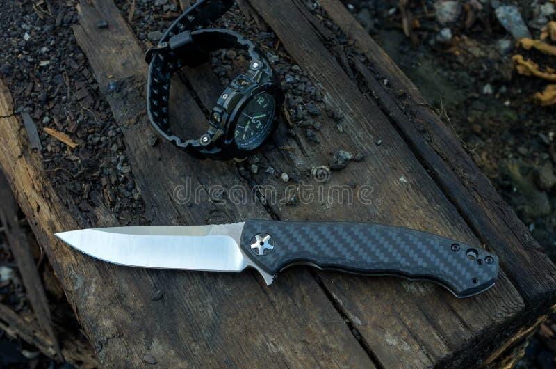 被设置的男性-刀子和手表 黑刀子和手表 免版税库存照片