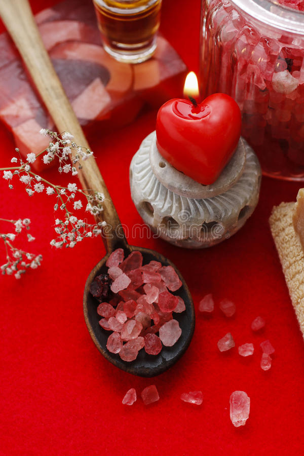 被设置的红色温泉:海盐,瓶子匙子海盐,肥皂和 免版税图库摄影