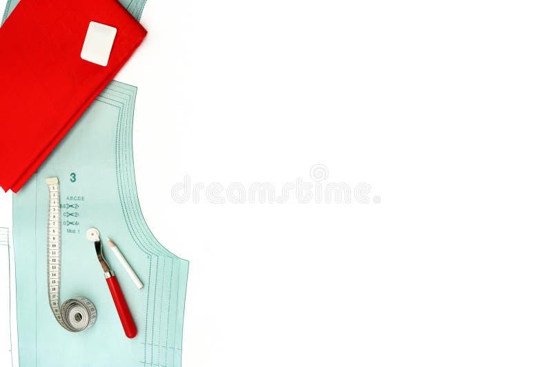 被设置的背景片盘多色丝带缝合 与纸样式、缝合的工具和辅助部件的Copyspace 免版税图库摄影