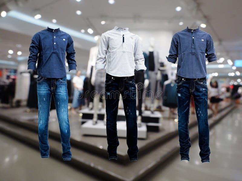 3被设置的衬衣牛仔裤,蓝色牛仔裤在商店 图库摄影