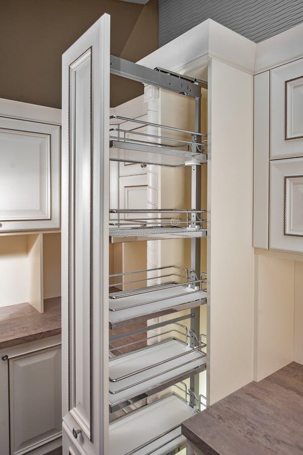 被设计的家庭内部居住的减速火箭的空间样式 厨房-与家具的开门 物质的木头和的Chrome,现代设计 免版税库存照片