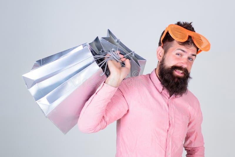 被购物占据心思 上瘾的消费者概念 人无忧无虑的有胡子的举行购物带来 购物的沉默寡言的浪费的金钱 库存图片