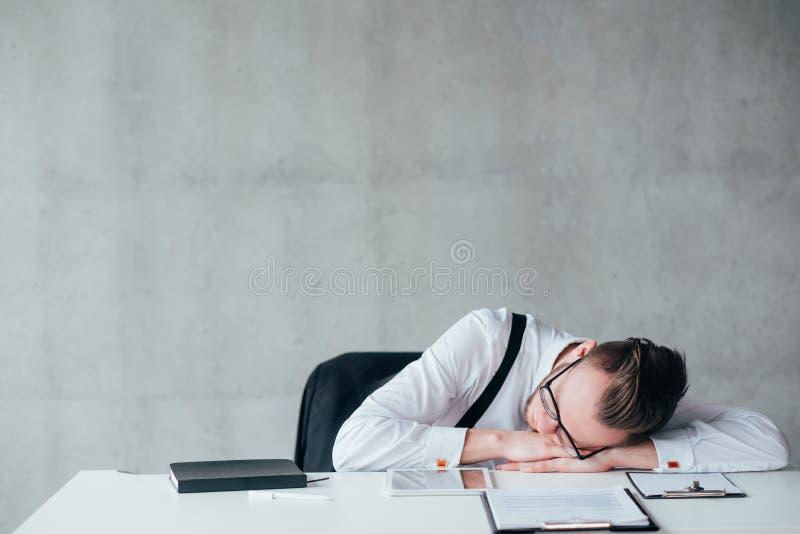 被超载的日程表惯例睡觉的疲乏的人 免版税库存照片