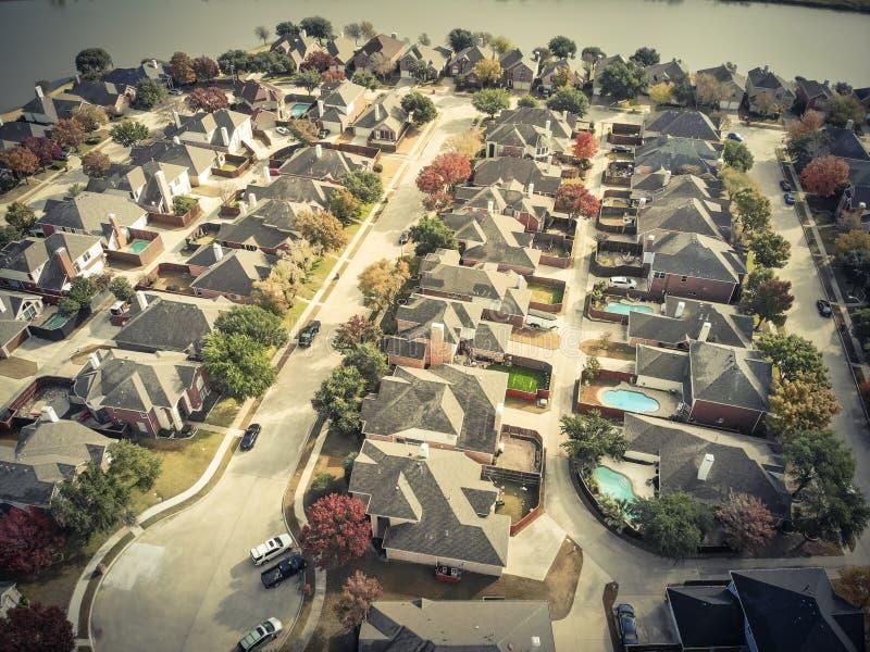 被过滤的口气直接在湖边下住宅nei顶视图  库存照片