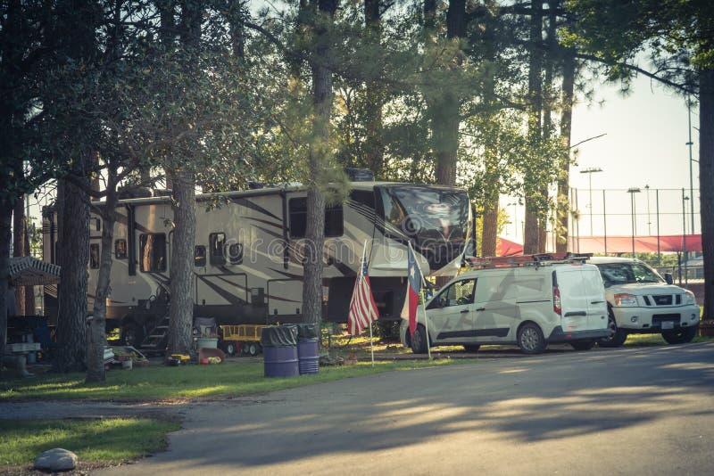 被过滤的图象游乐车RV和在达拉斯,得克萨斯附近的露营车公园 免版税库存照片