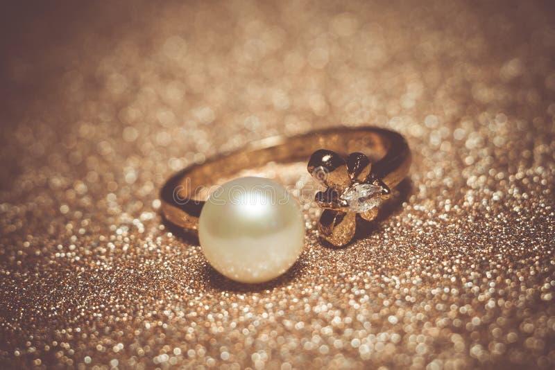 被过滤的白色珍珠罗斯金戒指 免版税库存照片