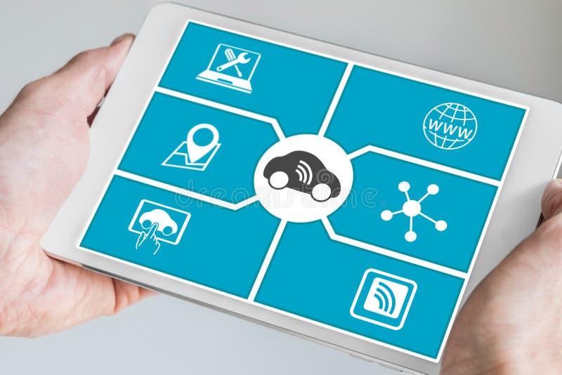 被连接的汽车和数字式流动性概念 递藏品片剂 库存图片